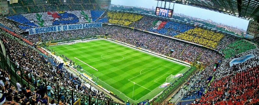 Partido de fútbol en Italia: Milán vs Inter de Milán