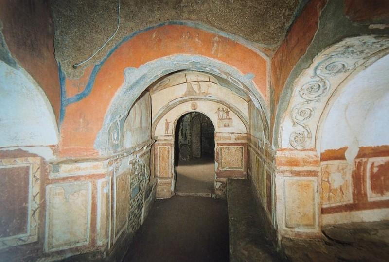 Dentro de las catacumbas de Priscila en Roma