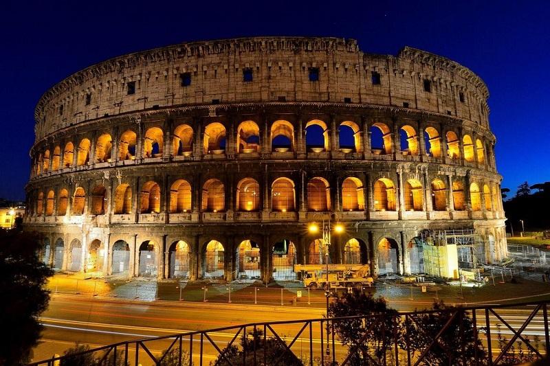 Coliseo de Roma iluminado por la noche