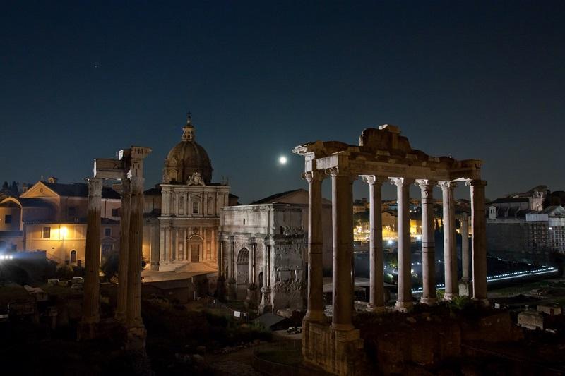 El Foro Romano de Roma iluminado por la noche