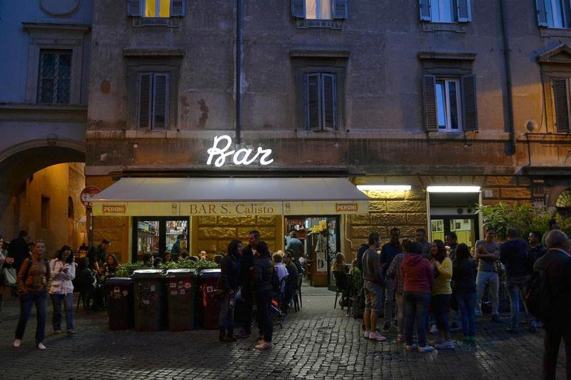 Personas en el Trastevere de Roma por la noche