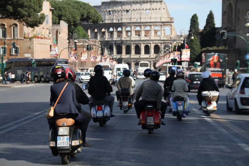 Grupo montando en moto en Roma