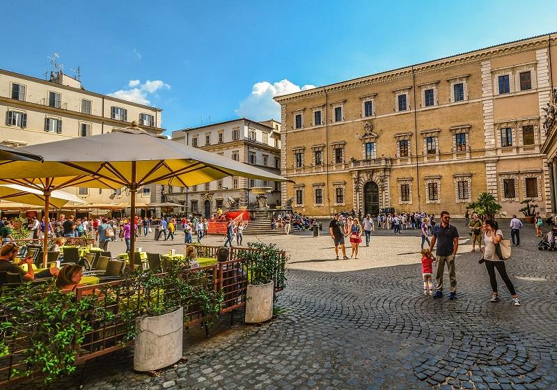 Personas en el barrio de Trastevere en Roma
