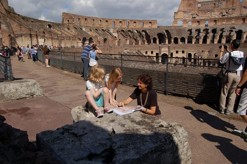 Visitantes en el interior del Coliseo de Roma